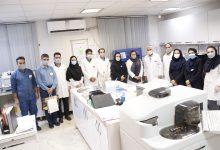 تصویر از تبریک روز آزمایشگاه توسط اقای دکتر طیبی مدیر محترم عامل به سرکار خانم دکتر وداد وپرسنل آزمایشگاه